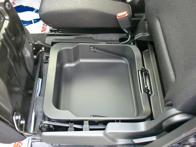 助手席シート下には取り外し可能なBOXがあり使い方もいろいろ