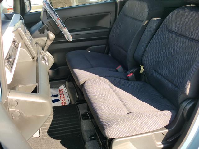 乗り降りしやすいフロントシート、助手席の下には便利な物入ついてます。