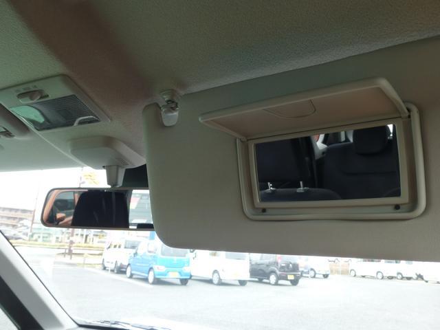 運転席にミラーもあります。車内でいつでも身だしなみチェックオッケイ!