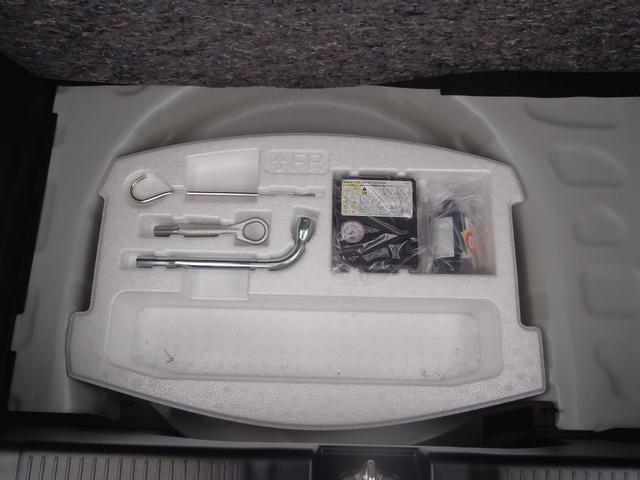 トランクの下にタイヤパンク応急修理セットがあります。