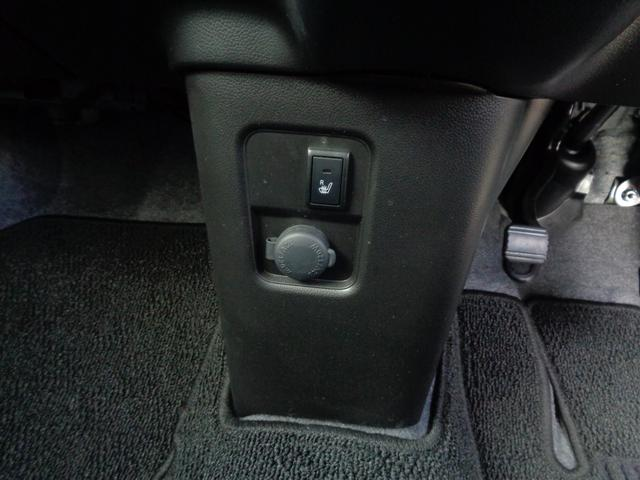 運転席シートヒーター付きです!!冬場は嬉しい機能です♪スイッチを押すとシートの座面が暖かくなります!!