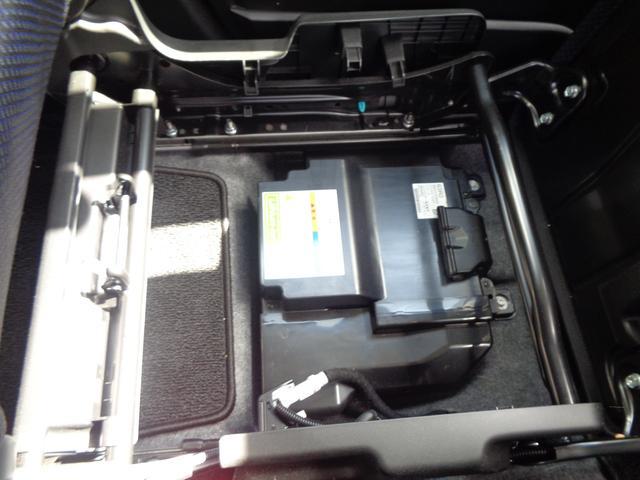 リチウムイオンバッテリーを助手席の下に搭載。低燃費に貢献します