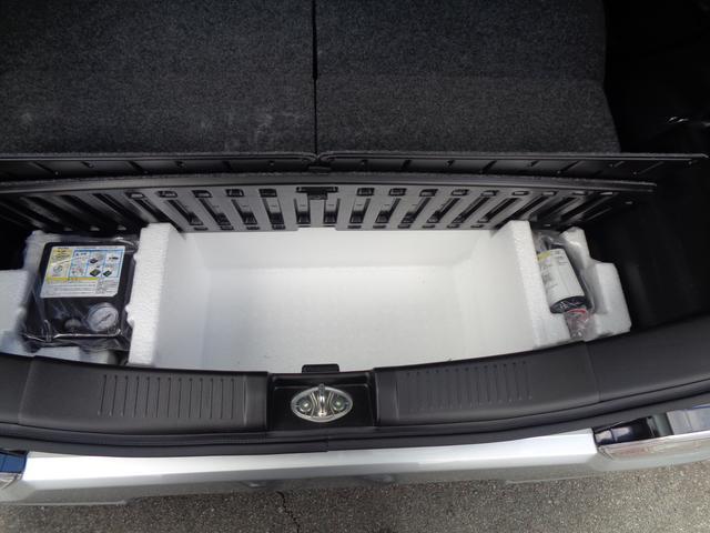 リヤトランクの下にタイヤパンク応急修理キットがあります。