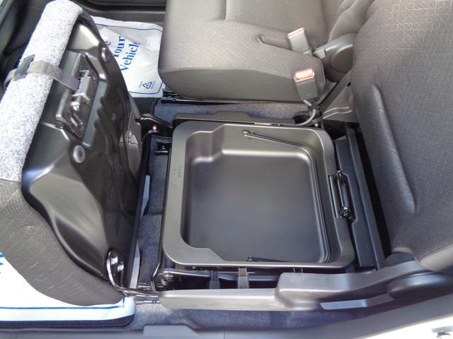 買い物をした後に荷物をマットに置きたくない・・そんなときには助手席のシートを上げて荷物を置くことも♪運転用のスニーカーを入れておくことも可能です!!