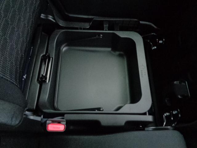 助手席下に便利な収納BOXあります