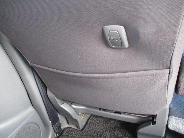 助手席後ろに、シートバックポケットとショッピングフック付いてます♪