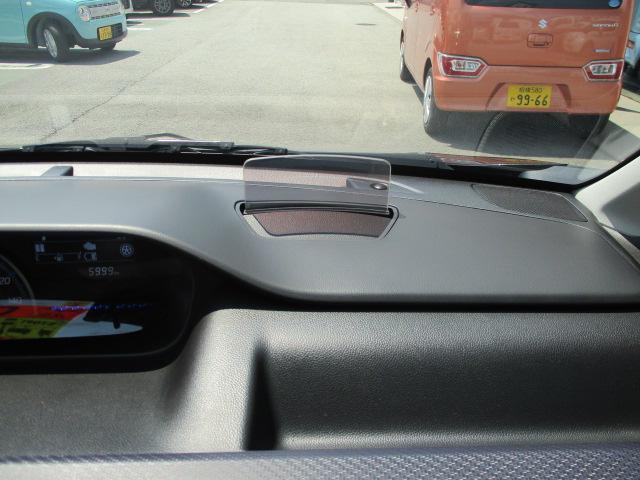 運転席前方のダッシュボード上に車速やシフト位置、デュアルセンサーブレーキサポートの警告を表示するヘッドアップディスプレイを採用しています。