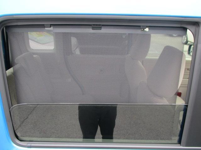 ★ロールサンシェード★リヤドアには引き出して使えるロールサンシェードを内蔵。おやすみ中のお子さまを直射日光から守ったり、プライバシーの保護にも役立ちます。