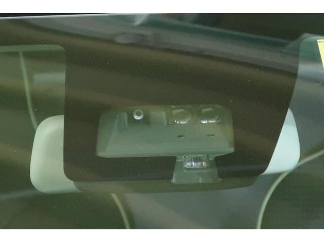フロントガラスに設置した2つのセンサーで、前方の歩行者やクルマを検知!自動(衝突被害軽減)ブレーキ機能や誤発進抑制機能などで万一の危険を予防します!!