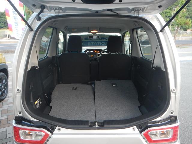 リヤシートの背もたれを倒すと荷室ルームが広がります