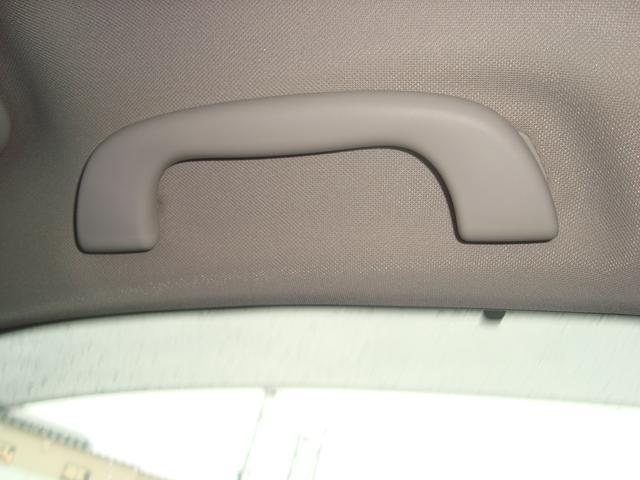 ドライブ時の安心と疲労軽減に役立つアシストグリップ。4か所に設置。