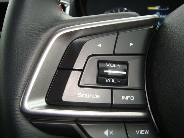 ステアリングにオーディオコントロールスイッチが付いているので対応のナビなら手元で操作できます。