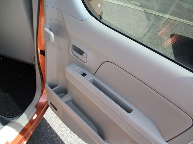 後席のドアには傘も収納可能です