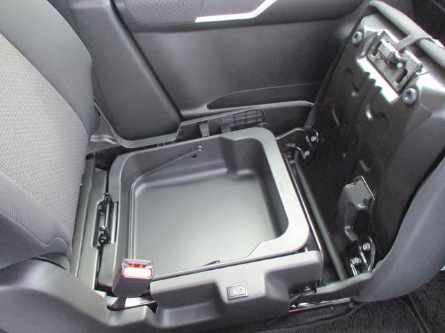 助手席の下にスッキリ収納できる、助手席シートアンダーボックス。ボックスの取り外しが可能で、そのまま持ち出すことができます☆