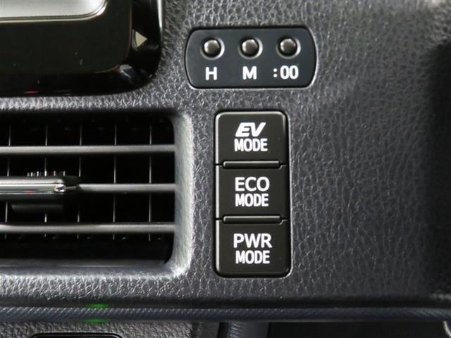 ハイブリッドならではの装備。EVスイッチを押すとモーターのみの走行ができます。