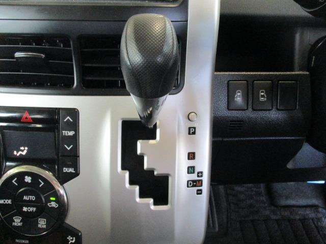 操作しやすいインパネシフト。ハンドルに近い位置で運転席からも、パッと見ただけで、どのギアに入っているのかが判断しやすいところもイイですね!