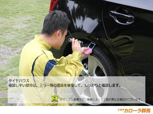 【車両検査】確認し辛い箇所はミラーなどを使用し、チェックします。