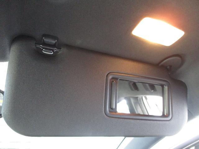 サンバイザーを下すと、ミラー付。同時にライトも点灯、室内が暗くても大丈夫。