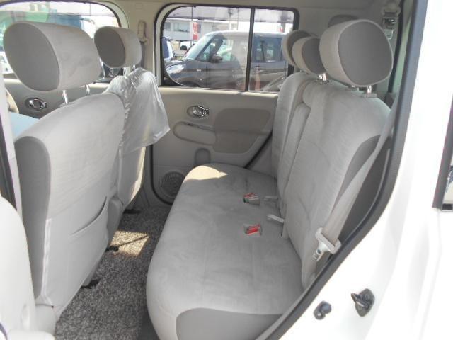 後席シート足元は広々しており運転しやすいですよ☆