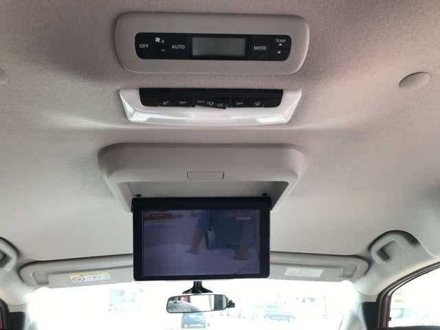 天井には後席モニターが付いています☆また、後席冷暖房付☆後部席にお乗りになっても快適ですよ☆