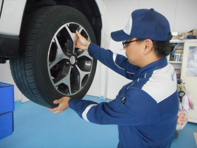 タイヤを外してブレーキ関係も点検します。また必要であればタイヤのローテーションを行います。