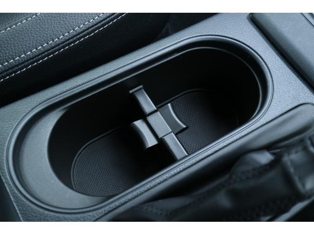 ボトルホルダーは縦型で、ドライブ時のお好みのドリンクをスマートに収納できます。