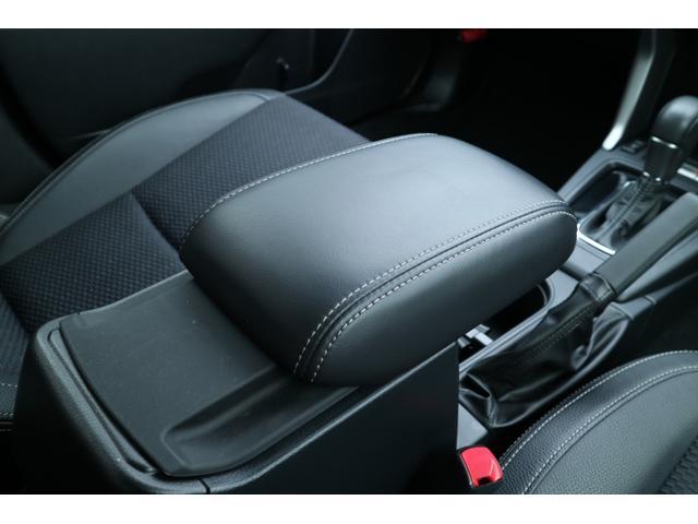 運転席と助手席の間に配置するコンソールボックスは、蓋部分を手前に引けば、アームレストとして使えます。