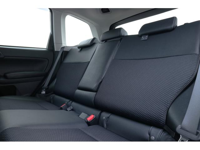 後部座席。 リクライニング機能が付いていますので、長距離ドライブでもくつろいでいただけるはずです。
