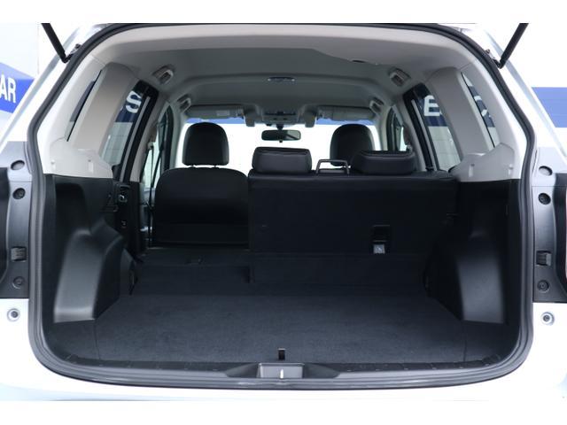 後部座席も2シートに分けて倒すことができます。