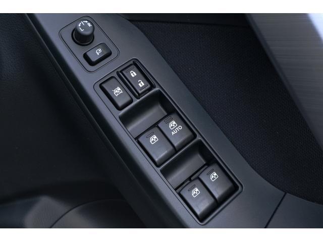 運転席側のドア内側には、窓・ドア・ドアミラーの各操作スイッチがございます。