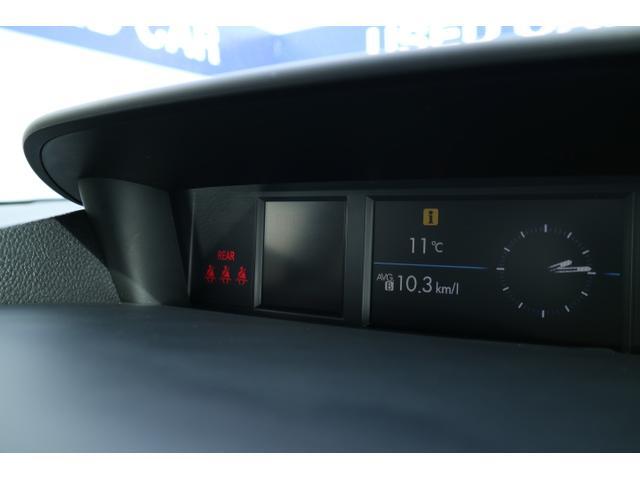 ダッシュボード中央に配置するマルチファンクションディスプレイ。平均燃費や現在時刻など数種類の画面を切り替えることができます。
