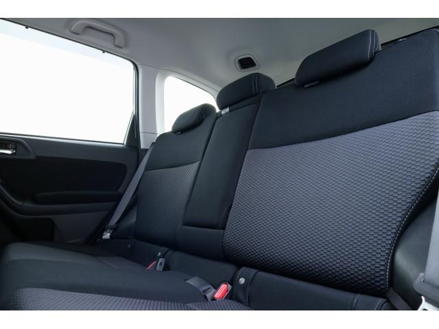 後部座席は、リクライニング機能付き。長距離ドライブもストレス軽減!