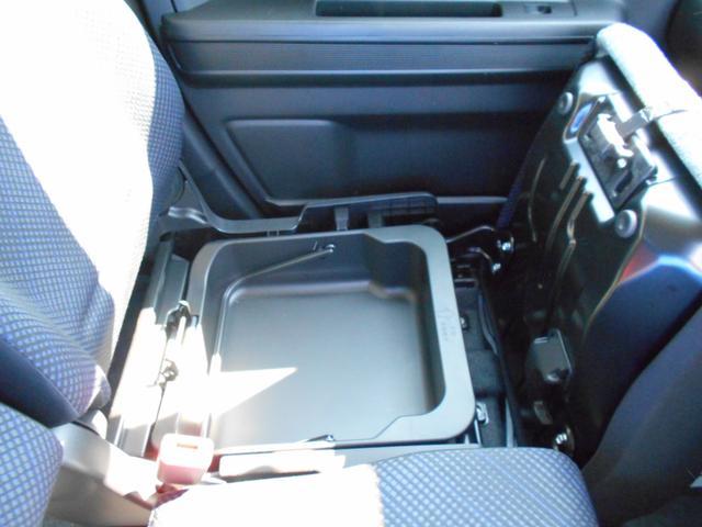 助手席の座面をはぐると、そこにも収納スペースがあります。