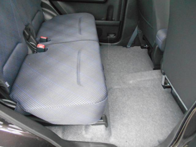 後部座席の足元も広々♪大人でもゆったり座れます。