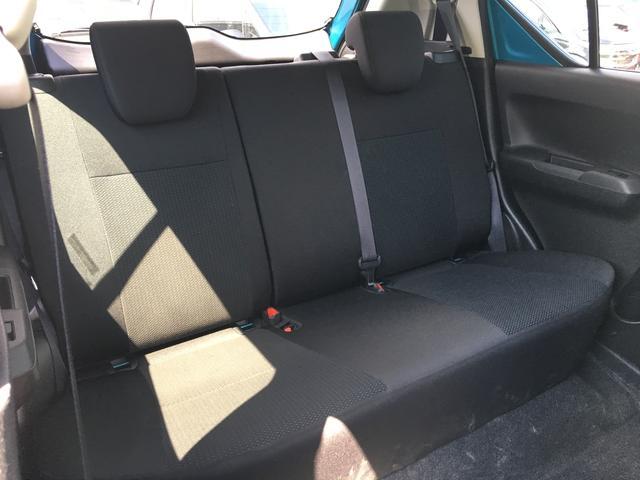 後席は足元も広くゆったりと座ることができます。長時間の運転でも疲れにくいです。