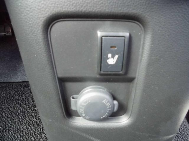 運転席シートヒーター。スイッチを入れると座面が温かくなるので、寒い冬には本当に便利な装備です。