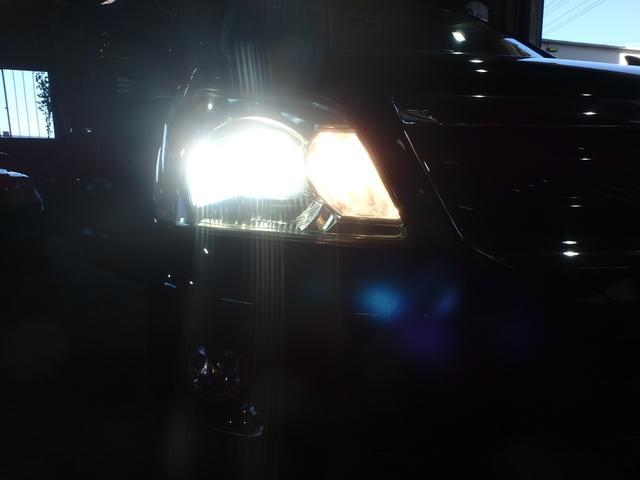 純正ディスチャージヘッドライト付きで夜道も明るく照らします。