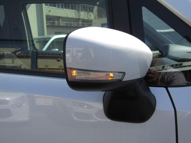 歩行者やバイク、対向車からも右左折の確認がしやすい サイドターンランプ付ドアミラーを装備しています。