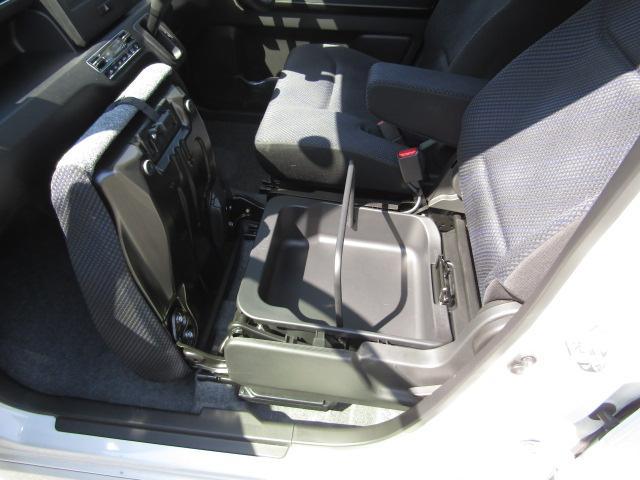 助手席のシートを持ち上げるとこんなに大容量の取り外せる収納スペース!