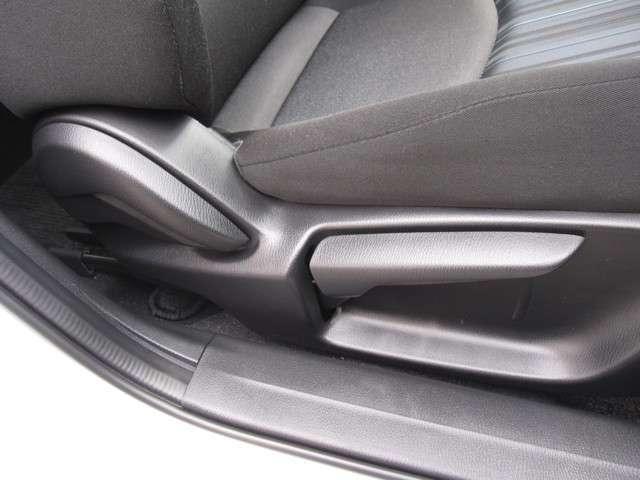 運転席は座面の上下調整ができ適切なドライビングポジションで運転できますよ♪