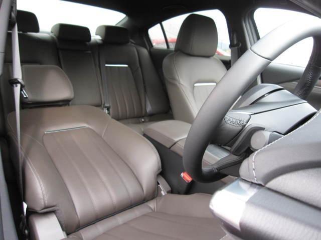 オシャレなブラウンの皮シートで今すぐドライブがしたくなります!