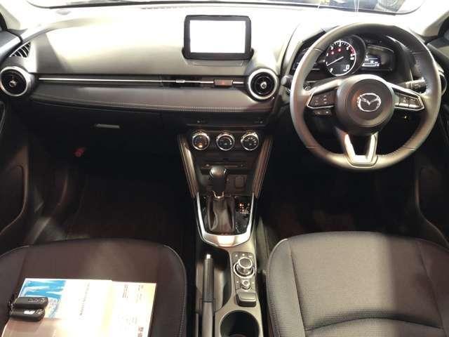 運手席では、ドライバーを左右対称に包み込むコクピットがクルマと強い一体感を際立たせ、助手席では、水平に広がるすっきりとしたダッシュボードが、安心感と開放的な気分を与えます。