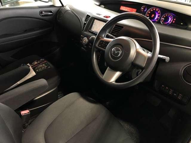 大型のフロントシートはアームレストも付いておりゆったりとした姿勢で運転することができます☆