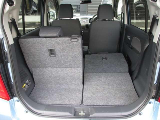 後席のシートバックは50対50の比率で倒せる分割可倒式。片側を倒して長い荷物等載せることができます。