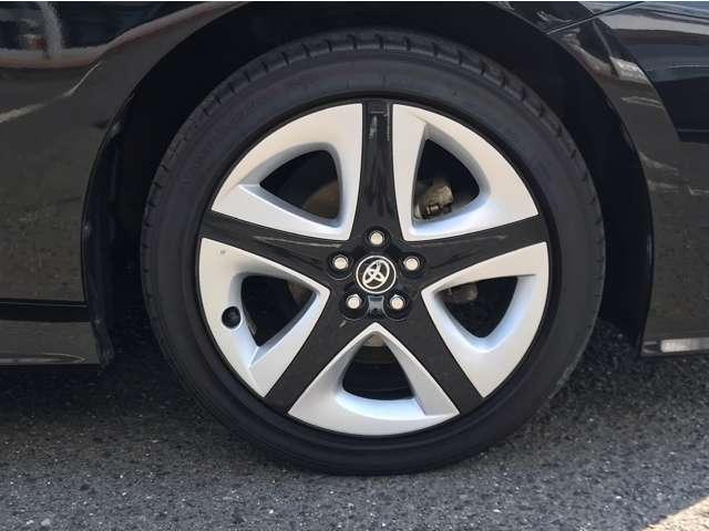 タイヤは純正アルミホイール装着。
