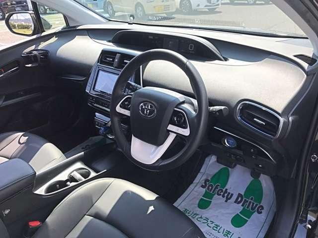 近年の車らしく、未来感と利便性を融合させたかっこいいインテリアです。