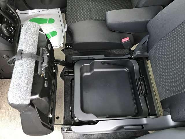 助手席シート下のBOXです。