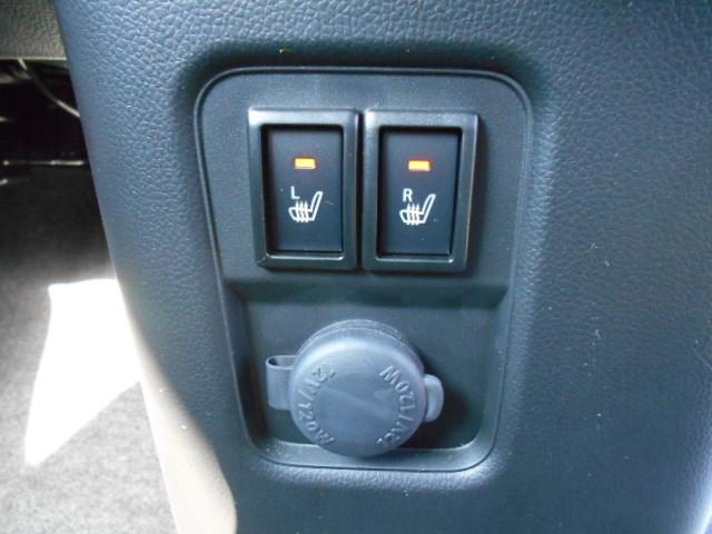 運転席・助手席シートヒーター。スイッチを入れると座面が温かくなるので、寒い冬には本当に便利な装備です。