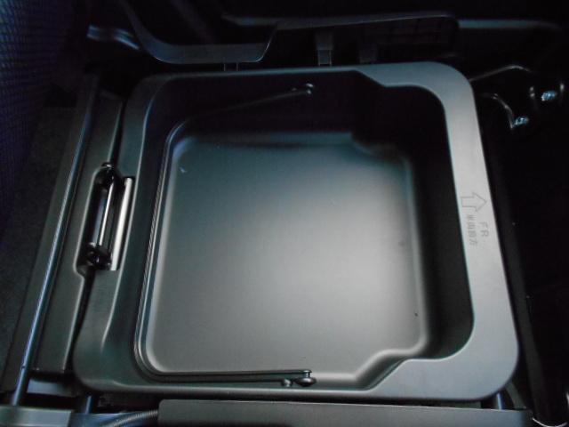 助手席の座面をはぐるとココにも収納スペースがあります。