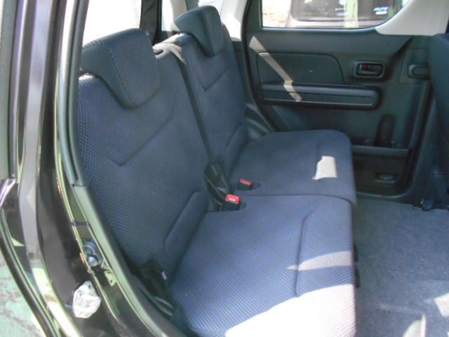 後部座席は広々ベンチシートで、同乗者の方にもリラックスしていただけます。